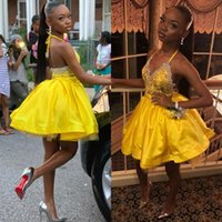 vestidos de vestidos de lantejoulas amarelas venda por atacado-Sexy Halter Amarelo Pescoço Sem Encosto A Linha Vestidos Homecoming V Neck Lantejoulas Curto Mini Cocktail Dresses Com Apliques de Renda