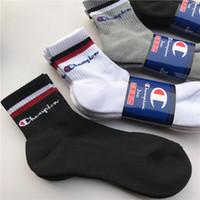calcetines de algodón blancos hasta la rodilla al por mayor-espesamiento de la moda hasta la rodilla calcetines toalla al aire libre calcetines deportivos hombres y mujeres de algodón blanco y negro gris campeón tendencia de estilo calcetines universidad