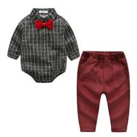 pantalones de pana roja chicos al por mayor-Chicos lindos del arco del arco trajes apacibles mamelucos a cuadros grises y pantalones rojos de pana 2 unids conjuntos Vintage clásico moda niños ropa