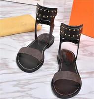 damen flache lederpumpen großhandel-Luxus Designer Print Leder Nomad Sandale Markante Gladiator Außensohle Perfekte Flache Sandalen Hausschuhe Pumps Damen Frauen Strand Sandalen