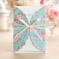 neue blaue einladungen großhandel-New Wedding Invitations Free Printing Hochzeits-Einladungskarten mit Blumendrucken Blaue Bänder Personalisierte Hochzeits-Einladungen DB-I0024