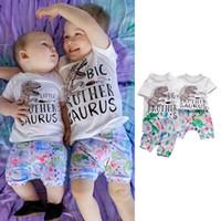 roupas para família venda por atacado-Crianças roupas de grife meninos roupas crianças dinossauro tops + calções de impressão 2 pçs / set 2019 Conjuntos de Roupas de bebê Verão Família Combinando Roupas C6764