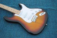 kit de guitarra electrica solid al por mayor-Envío gratis ST guitarra eléctrica 3 Tone Sunburst Chrome hardware Tremolo Acepte al por mayor Acepte cualquier producción de color Pantalla de imagen real