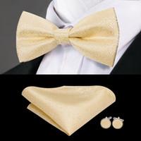 pajarita de seda dorada al por mayor-Hi-Tie Luxury Gold Silk Bow Ties para los hombres de la moda de los hombres de Bowtie amarillo pañuelo conjunto de la corbata de lazo para hombre boda B-771