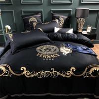 ingrosso biancheria bianca rosa grigia adulta-Boutique Embroidery Golden Thread Bedding Suit Moda V Lettera Medusa Dea 60S Cotone copriletto Suit 4PCS New Style Set di biancheria da letto
