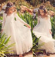 gelinlik plaj kızı toptan satış-2019 Ucuz Plaj Çiçek Kız Elbise Beyaz Fildişi Boho İlk Communion Elbise Küçük Kız Için V Yaka Uzun Kollu A-Line Çocuk Gelinlik