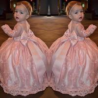 ingrosso grande prua rosa camicia-Cute Pink Lace Girls Pageant Gowns Sheer Maniche lunghe con grande fiocco sul retro Piano Lunghezza Flower Girl Abiti Primi abiti da comunione
