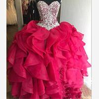 fabulosos vestidos de baile venda por atacado-Fabuloso Cristal Rhinestone Quinceanera Vestidos 2018 Camadas Em Cascata Babados vestido de Baile Fúcsia Organza Doce 16 Vestido Pageant Vestidos de Baile