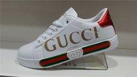 trend schuhe casual frau großhandel-2019 Italien Marke Designer Männer Frauen weiße Schuhe Trend Sport Casual Stickerei authentische Liebe Biene Paar weiße Schuhe Flut
