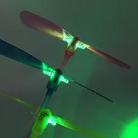 céu voando venda por atacado-Bambu Libélula Com Luz Tiro Foguete Voador Pára-quedas Céu UFO Noite Ao Ar Livre Jogo De Brinquedo Para Crianças Miúdo