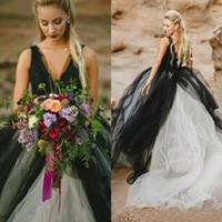 gotik gelin etek toptan satış-Vintage 2019 Siyah ve Beyaz Gotik Gelinlik Derin V Boyun Kolsuz Dantel Üst Tül Etek Sahil Gelin Törenlerinde Backless Gelin Elbiseler