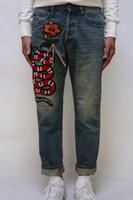 ingrosso serpente blu rosso-2019 Jeans Uomo Pantaloni dritti maschi classici Jeans uomo Denim Ricamo serpente rosso Pantaloni moda casual Pantaloni dritti azzurri