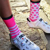 calcetines de lunares niña al por mayor-Calcetines deportivos de ciclismo profesional 2018 Protegen los pies Calcetines transpirables absorbentes Polka Dot Bicicletas de ciclismo a rayas Mujeres Niñas