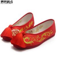 ballettschuhe schnüren sich oben großhandel-Chinesische Hochzeit Frauen Wohnungen Braut Rote Schuhe Satin Drachen Bestickte Quaste Nationalen Schnüren Tanz Einzelne Ballettschuhe Frau