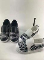 ingrosso i disegni di vestiti dei bambini neri-Scarpe piatte di design per scarpe da ragazzina di moda per ragazzine vestite con lettere nere design sneakers da ginnastica da ginnastica Eu 26-35