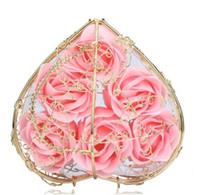ingrosso profumi da bagno-6 Pz Profumato Fiore Della Rosa a Forma di Cuore Cesto di Ferro Petalo Bagno Sapone Fiore Sapone Romantico Rosa Per San Valentino Regalo di Nozze 100% Materiale Naturale