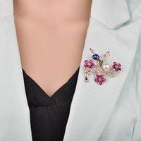 ingrosso spilla nuova lega-2019 New Fashion Bird Pattern Spilla Suit Rose Badge Regalo di Natale Strass Lega Plum Blossom Uccello Perla Spilla b436