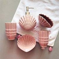 cepillo de dientes rosa al por mayor-Accesorios de baño de cerámica Royal Luxury Pearl Pink Elegantes juegos de baño de 5 piezas 1 Botella de jabón + 1 Jabonera + 1 Portacepillos + 2 Copas