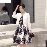 blazerler kadınlar için renk beyaz toptan satış-Bahar moda siyah ve beyaz kontrast renk yaprak baskı elbise ve slim fit kısa blazer terno feminino suit kadınlar