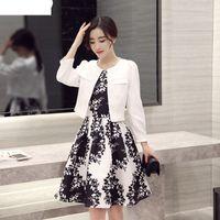 terno slim fit schwarz großhandel-Frühlingsmode schwarz-weiß Kontrastfarbe Blatt Print Kleid und Slim Fit kurzen Blazer Terno feminino Anzug Frauen