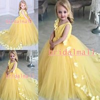 ingrosso abiti da sera gialli bambini-Ball Gown Girls Pageant Dresses Cute V-Neck Tulle giallo Flower Girl Dress con fiori Sweep Train Little Kids Abiti formali per feste di compleanno