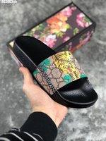 kapalı çiçekler toptan satış-2019 Lüks Tasarımcı Mens Womens Yaz Sandalet Plaj Slayt Eğlence Terlik Bayanlar Kapalı Ayakkabı Baskı Deri Çiçekler Arı Ile 36-46 kutu