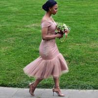 vestido de sirena para damas de honor junior al por mayor-Vestidos de dama de honor sirena africana rosa polvorienta 2019 sexy fuera del hombro Longitud de té Vestidos de dama de honor Vestidos cortos de cóctel