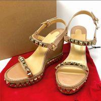 nuevos tacones de verano al por mayor-NUEVO Sandalias de cuña de fondo rojo Cataclou Alpargatas Zapatos de plataforma Cuero Patentado Tachas Señoras Verano Lujo Sandalias de tacón alto 25 colores