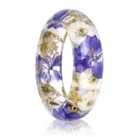 ingrosso viola fiori bianchi secchi-2018 Nuova a mano in resina del braccialetto del Viola Bianco Fiore secco All'interno del braccialetto per i monili delle donne regalo migliore di nozze
