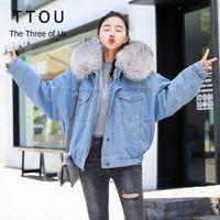chapéus coreanos do inverno das mulheres venda por atacado-TTOU Mulheres Moda Grosso Jean Jaqueta Jeans Feminino Inverno Faux Fur Hat Outwear Coreano Locomotiva de Cordeiro Casaco de Lã Com Capuz