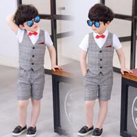 corbata gris corbata al por mayor-En stock verano traje de chaleco traje traje vestido de tres piezas / chaleco a cuadros gris pantalones camisa blanca pajarita roja / en la tienda para elegir más estilos