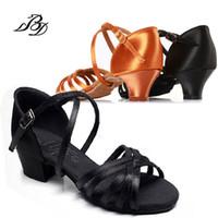 siyah saten dans pabucu toptan satış-Sneakers Spor ayakkabı Dans Ayakkabıları Çocuk Latin Gilr Salsa Ithal Saten Tan ve Siyah topuk 35mm Yumuşak Alt Aşınmaya dayanıklı BD