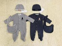 neue neugeborene unisex set kleidung großhandel-Luxus Neugeborenen Overall Bab Boy Kleidung Strampler Letters Wave Print Marke Baumwolle Baby Strampler + Lätzchen + Kappe Set NEU