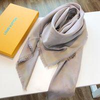 bufandas de colores de otoño al por mayor-Bufandas de diseño de moda Bufanda de lujo Bufanda de marca de mujer caliente Bufanda Otoño Cuello largo 4 colores Opcional 140x140cm Alta calidad con caja de regalo