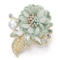 flores broche de perlas de boda rhinestone al por mayor-Bonita Flor Broches Hojas Cristal Rhinestone perla simulada para trajes de solapa bufanda de tela Broche Pin para mujeres boda Z076