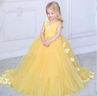 robes de mariage jaune achat en gros de-2019 nouvelle princesse jaune robes de fille de fleur pour les mariages col en v en tulle fait à la main fleurs petits enfants robes de bébé robes de première communion