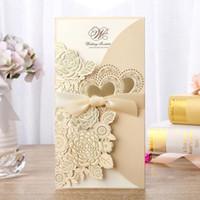 invitaciones de boda corazón corte láser al por mayor-Corte láser Invitaciones de boda Impresión gratuita Tarjetas de invitación con dorado Flores Corazones Invitaciones de boda personalizadas BW-I0044G