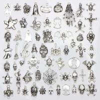 ingrosso gioielli del teschio del teschio-Assortimento di 60 disegni di fascini di Halloween scheletro del cranio a mano Spider Bat fantasma della strega DIY dei pendenti monili che fanno 60pcs / bag