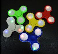 luz acima topos do brinquedo da rotação venda por atacado-LED Light Up Mão Spinners Fidget Spinner Triângulo de Qualidade Superior Dedo Spinning Top Colorido Decompression Dedos Dica Tops Brinquedos