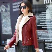 женские короткие кожаные зимние куртки оптовых-Женская осень зима пу кожаная куртка женщин из искусственного меха пальто дамы тонкий короткий мотоциклетная байкерская куртка теплая флисовая верхняя одежда 4XL