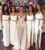 длинные платья для подружек невесты оптовых-2019 Простые ремни спагетти Белые атласные платья для подружек невесты Высокие ноги Сплит Платья для подружек невесты с орденской лентой