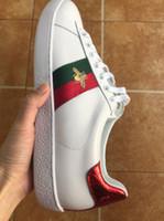 diseñador de marcas de zapatos de ocio al por mayor-2019 Diseñador de lujo Hombres Mujeres Zapatillas de deporte Zapatos casuales Low Top Italia Marca Ace Bee Stripes Zapato Caminar Ocio Entrenadores Chaussures Pour Hommes