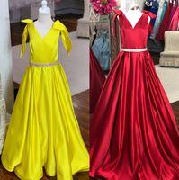 küçük hat sunum elbiseleri toptan satış-Gençler için Pageant Elbise 2019 A-Line V Yaka Koyu-Kırmızı Sarı Saten Uzun Pageant elbise Küçük Kızlar Çocuklar Gençler için Genç Boncuklu Kanat Yay Kol