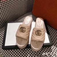 buenas zapatillas al por mayor-Bonitos zapatos Nuevas zapatillas de suela grande para la primavera / verano 2019, Zapatillas de tacón grueso de paja, Zapatos de mujer con adornos de metal