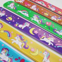 brazaletes rojos amarillos verdes al por mayor-Pulseras de PVC Patrón de unicornio de dibujos animados Pulseras Rojo Verde Amarillo Naranja Púrpura Pulseras de múltiples colores Venta caliente 0 35xa L1