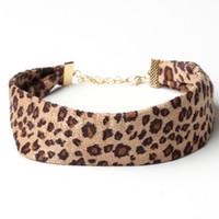 горячие женщины сексуальные животные оптовых-2019 Hot Style Suede Leopard Print Wild Sexy Choker Gothic Animal Skin Print Classic Torques Necklace for Girls Women Gift