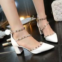 sandalias de tacón de estilo romano al por mayor-El último estilo de moda de verano para mujer remache estilo romano punta puntiaguda tacones de 6 cm de grosor brillo de charol sandalias para mujer zapatos solos