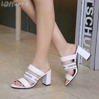 women s chunky heel dress shoes venda por atacado-Um top de luxo designer de couro das mulheres novas sandálias de salto alto sapatos de casamento banquete sexy vestido com chinelos de caixa