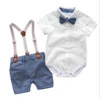 baby junge kleidung spielanzug weiß großhandel-Baby-Herr-Kleidungssatz Kurzschlusshülse drehen unten Kragen weißer Spielanzug + Baumwolljunge der Hosen 100% scherzt Sommerkleidung zwei Stücksätze