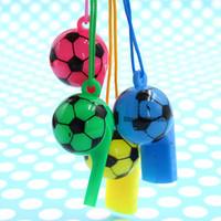 silbato divertido al por mayor-Colorido fútbol cara divertida niños fanáticos silbato porristas niños silbato foodball balón de fútbol silbatos con cuerda